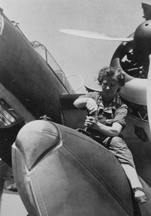 Сотрудница авиазавода «Хейнкель» в Ростоке на сборке гидросамолета Хейнкель He-115. 1940 г.