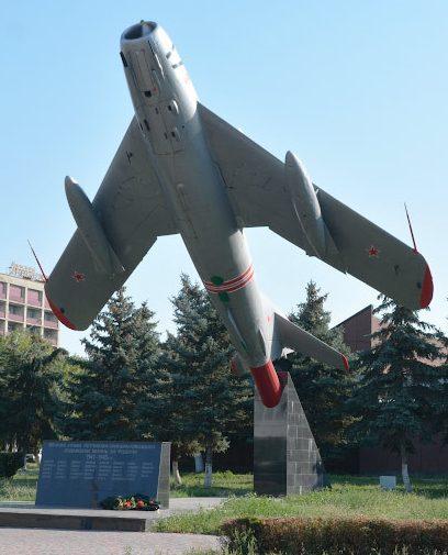 г. Минеральные Воды. Памятник- самолет МиГ-17 летчикам, погибшим в годы войны, установленный в 1973 году.