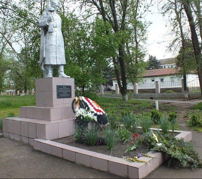 с. Китаевское Новоселицкого р-на. Братская могила советских воинов, погибших при освобождении села.