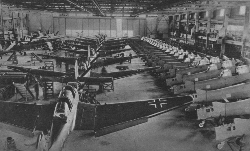 Пикирующие бомбардировщики Юнкерс Ю-87 на сборочной линии завода фирмы Везер в Темпельгофе. 1940 г.