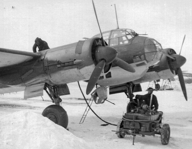 Обслуживание бомбардировщика Юнкерс Ю-88 зимой. 1941 г.