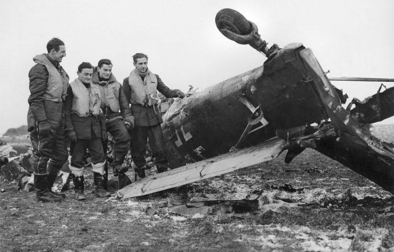 Британские летчики у немецкого бомбардировщика Ю-87, сбитого в районе авиабазы Мэнстон. Февраль 1941 г.