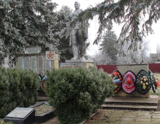 п. Верхнестепной (х. Новокиевского) Степновского р-на. Мемориал Солдатской Славы и братская могила советских воинов.