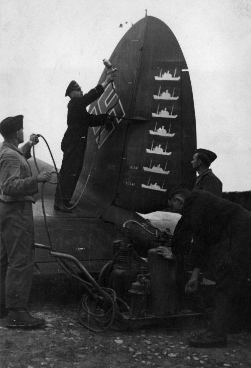 Нанесение новой отметки о потопленном судне противника на киль бомбардировщика «Хейнкель» He. 111. Апрель 1941 г.