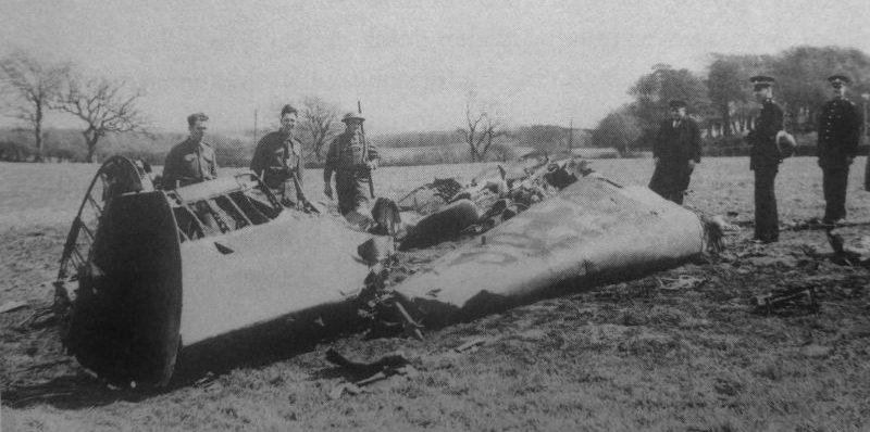 Обломки истребителя Мессершмитт Bf.110, на котором Рудольф Гесс совершил перелет в Великобританию. Май 1941 г.