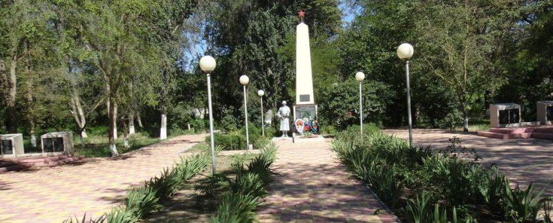 с. Иргаклы Степновского р-на. Памятник, установленный на братской могиле советских воинов, погибших в годы войны.