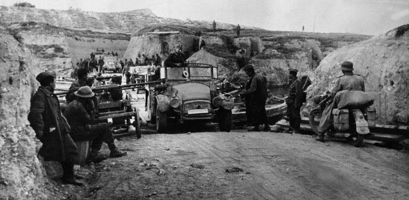 Грузовик «Krupp L2H43» пересекает Коринфский канал по понтонной переправе. Греция, апрель 1941 г.