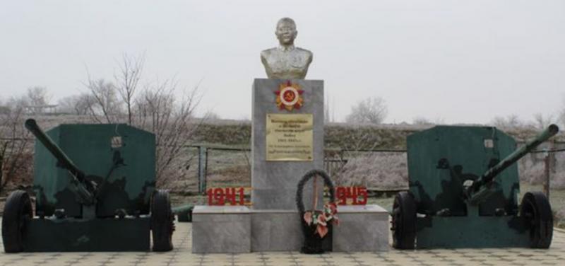 с. Никольское Степновского р-на. Памятник Воинской Славы, установленный в честь воинов, павших в годы войны.