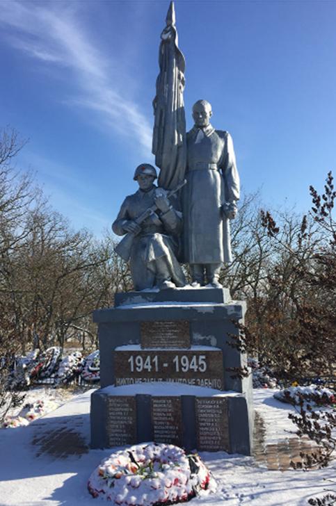 п. Новотерский Минераловодского р-на. Памятник, установленный на братской могиле советских воинов.
