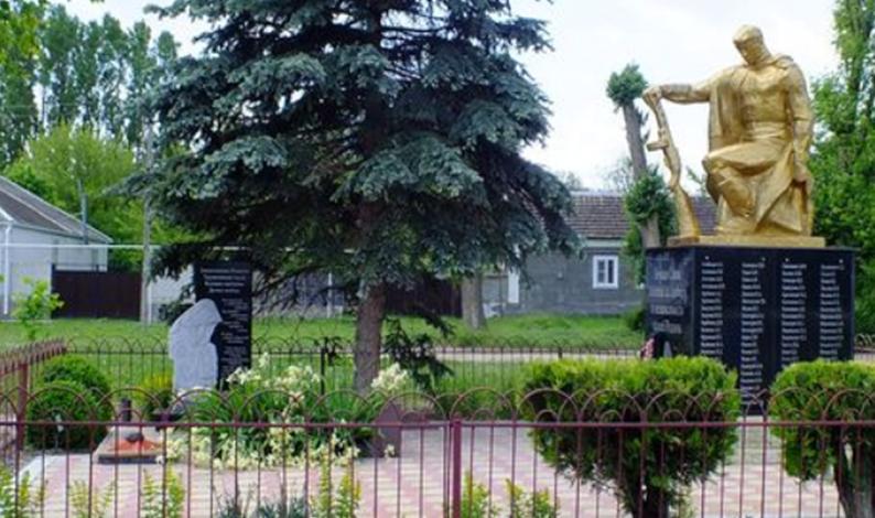 с. Падинское Новоселицкого р-на. Братская могила советских воинов, погибших в годы войны и памятник «Защитникам Родины», труженикам тыла, вдовам, матерям и детям войны.