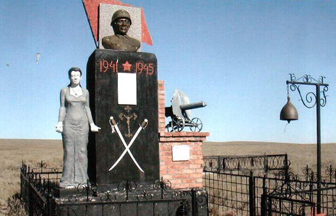 с. Никольское Степновского р-на. Памятник воинам-землякам, погибшим в годы войны.