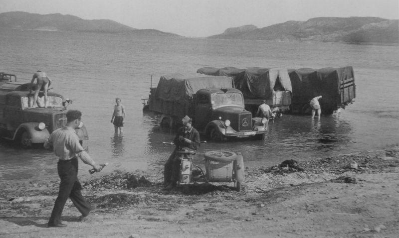 Немецкие солдаты моют грузовики у берега залива вблизи города Элефсис. Греция, май 1941 г.