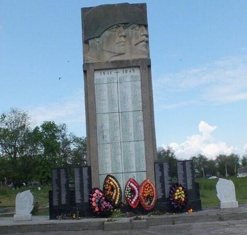 с. Чернолесское Новоселицкого р-на. Памятник советским воинам, установленный в 1975 году в центральном парке села.