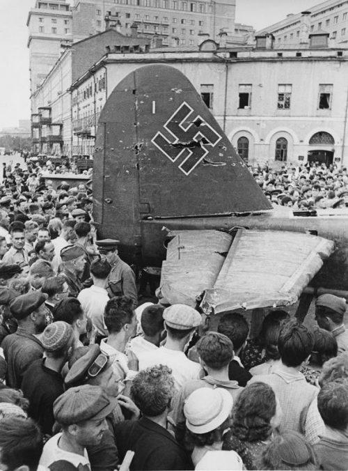 Сбитый самолет Ju-88 на площади Свердлова в Москве. Июль 1941 г.