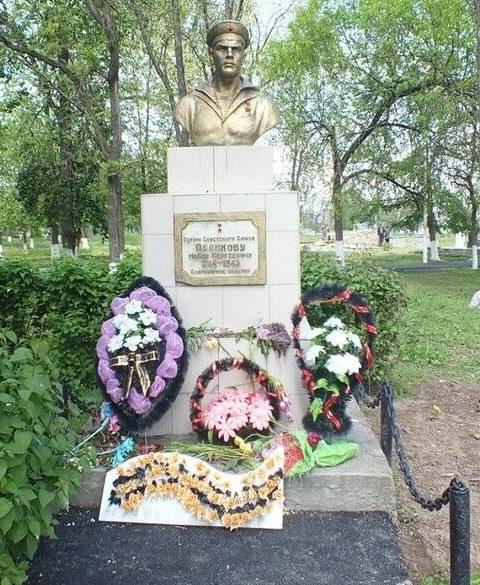 с. Чернолесское Новоселицкого р-на. Бюст Героя Советского Союза И.С. Обликова, погибшего в годы войны.