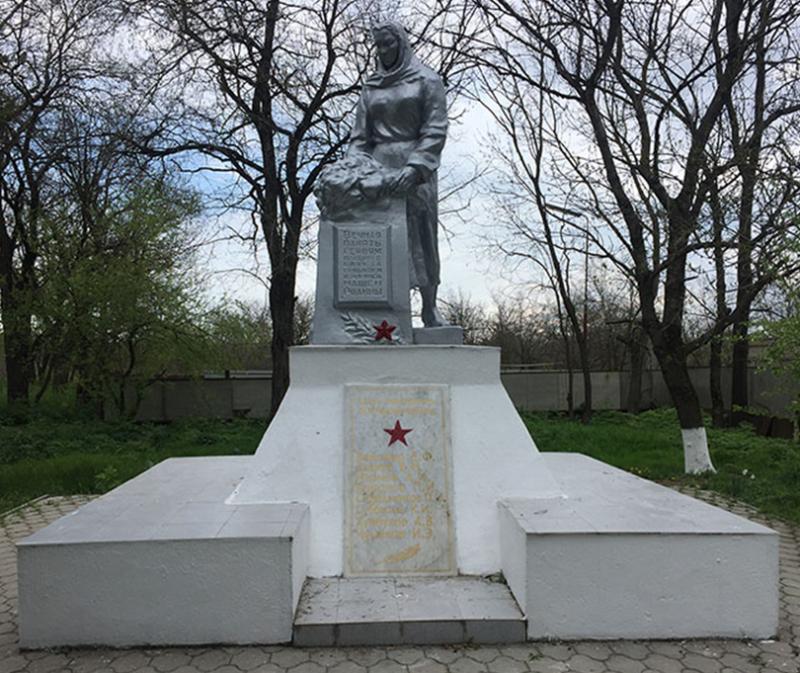 с. Первомайский Минераловодского р-на. Памятник «Скорбящая мать».