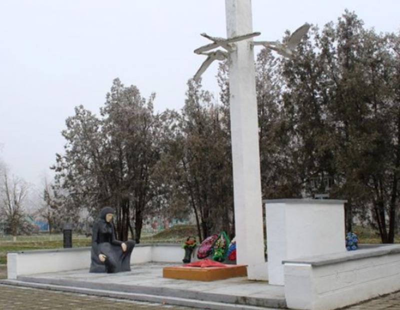 с. Соломенское Степновского р-на. Памятник советским воинам, погибшим в годы войны.