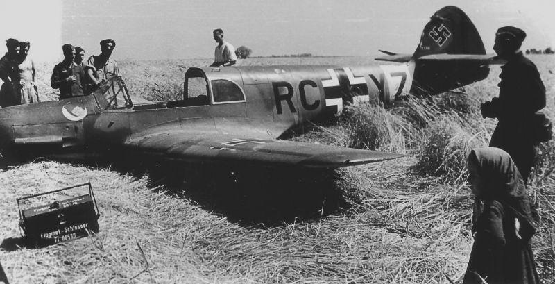 Связной самолет Мессершмитт Bf.108B «Тайфун» после неудачной посадки. Июль 1941 г.