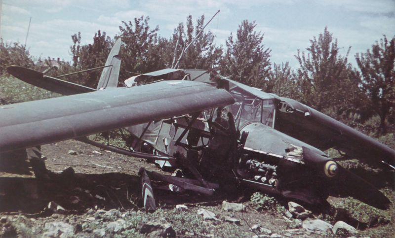 Самолет Fi.156 «Шторх», совершивший вынужденную посадку на Восточном фронте. Август 1941 г.