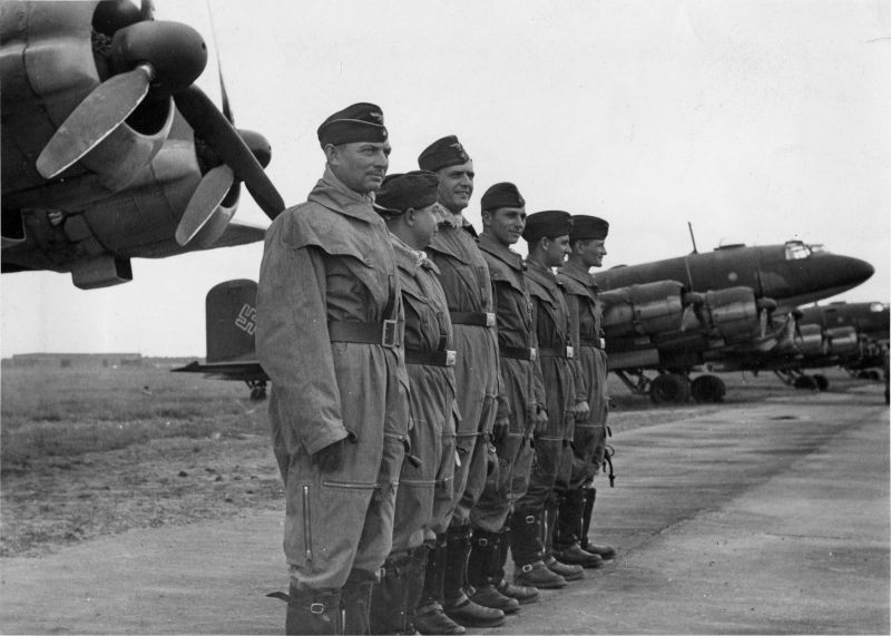Построение экипажа самолета бомбардировщика Фокке-Вульф Fw.200C «Кондор» на французском аэродроме Бордо. Сентябрь 1941 г.