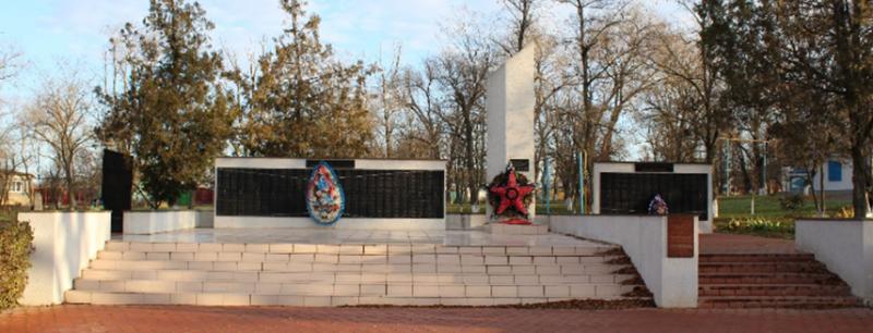 с. Благодатное Петровского р-на. Памятник воинам-односельчанам, погибшим в годы войны.