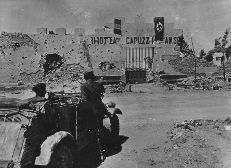 Немецкие солдаты на внедорожнике «Kubelwagen» у форта Ридотта Капуццо. Ливия, июнь 1941 г.