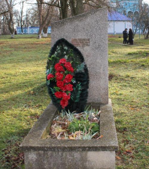 с. Благодатное Петровского р-на. Памятник на братской могиле 180 мирных жителей, расстрелянных фашистами.