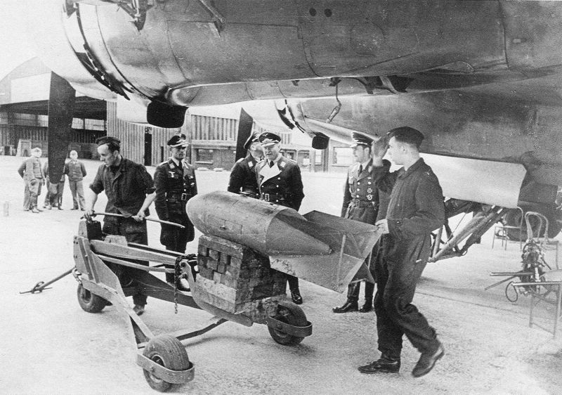 Загрузка бомб SC-250 в бомбардировщик Фокке-Вульф Fw.200C «Кондор». 1941 г.