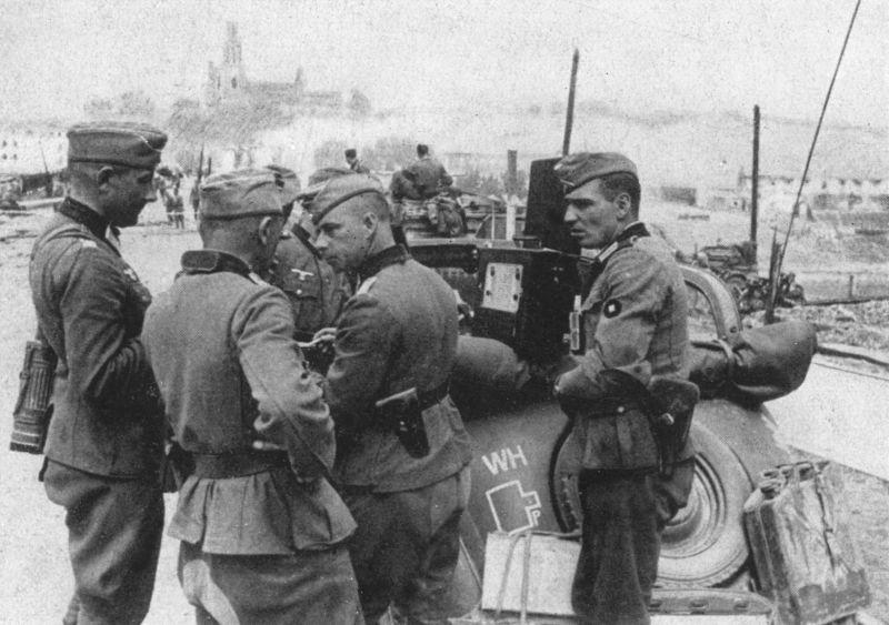 Немецкие офицеры возле автомобиля «Mercedes-Benz V-170 Cabrio» в захваченном городе Гродно. Июнь 1941 г.