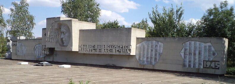 с. Высоцкое Петровского р-на. Мемориальный комплекс Славы открытый в 1983 году.
