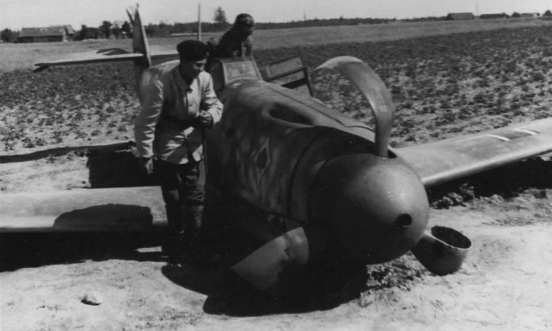 Истребитель Мессершмитт Bf.109F-2, севший на вынужденную посадку. 1941 г.