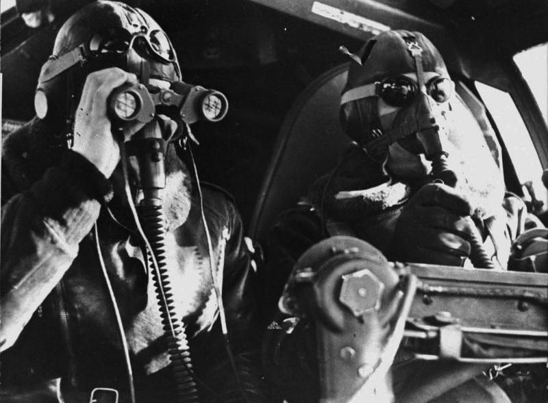 В кабине самолета-разведчика He-111 в полете на большой высоте. 1941 г.