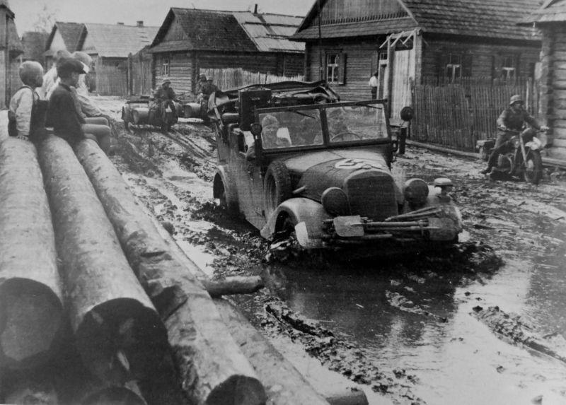 Автомобиль «Mercedes Benz 170-VK» на улице советской деревни. Июль 1941 г.