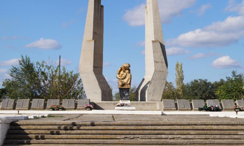 с. Донская Балка Петровского р-на. Памятник, установленный на братской могиле советских воинов, погибших в годы войны.