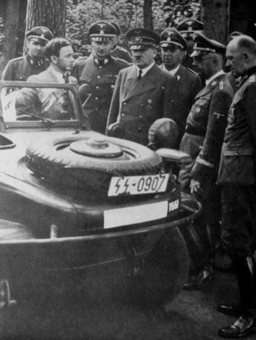 Конструктор Фердинанд Порше младший показывает плавающий полноприводный автомобиль «Volkswagen Typ 166 Schwimmwagen» в ставке Гитлера «Вольфшанце» в Растенбурге. Июль 1941 г.