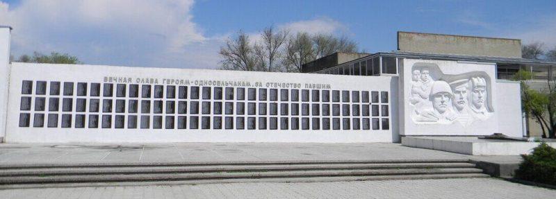 с. Безопасное Труновского р-на. Мемориал, установленный на братской могиле красных партизан, погибших в годы Гражданской войны и воинов, погибших в годы Великой Отечественной войн.