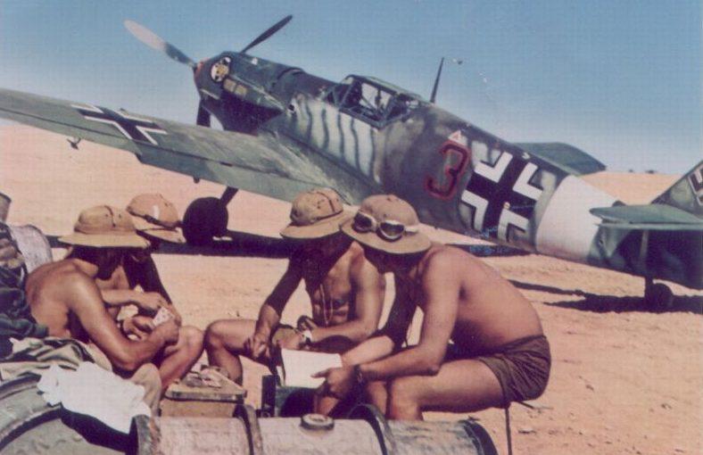 Военные играют в карты на фоне истребителя Мессершмитт BF.109E-7/Trop. Ливия 1941 г.