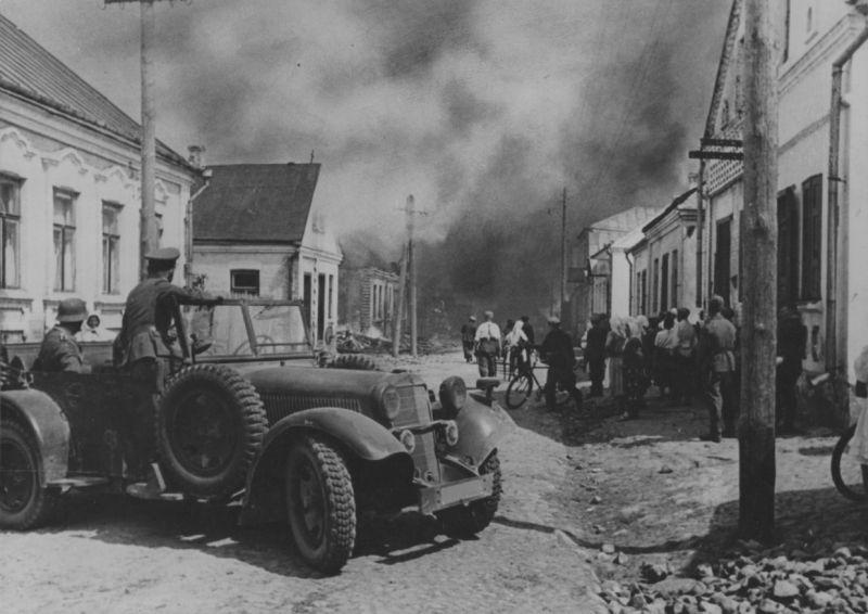 Немецкий штабной автомобиль 2Mercedes Benz 320» в Белоруссии. Июль 1941 г.