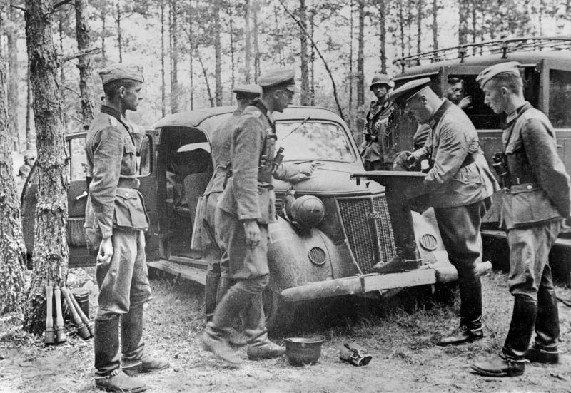 Немецкие офицеры у автомобиля «Wanderer W-24 Cabriolimousine». Август 1941 г.