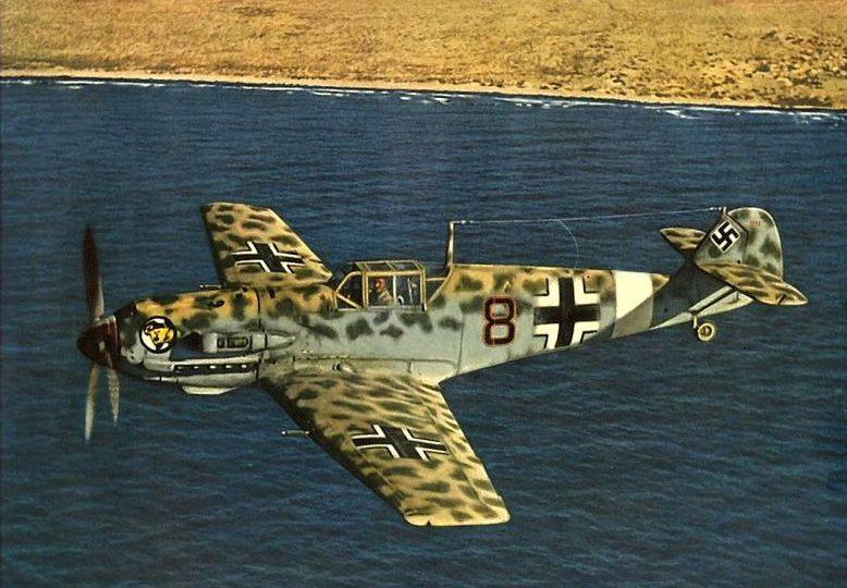 Немецкий истребитель Мессершмитт BF.109E-7 Trop в полете. 1941 г.