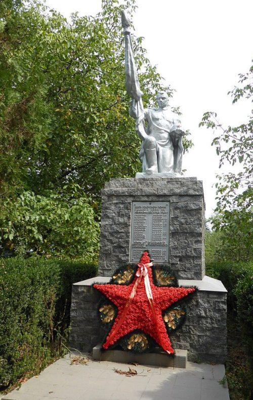 г. Невинномысск пос. Головное. Памятник, установленный на братской могиле, в которой похоронено 19 советских воинов, погибших в 1943 году при освобождении города.