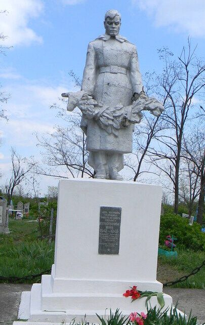 с. Безопасное Труновского р-на. Братская могила 35 воинов, погибших в годы войны.