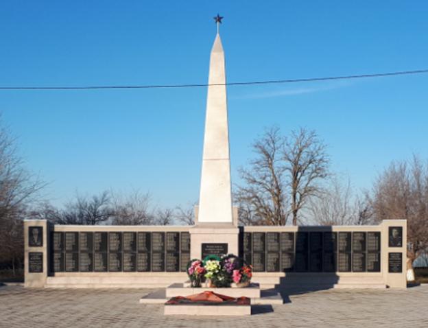 с. Николина Балка Петровского р-на. Памятник воинам-односельчанам, погибшим в годы войны.
