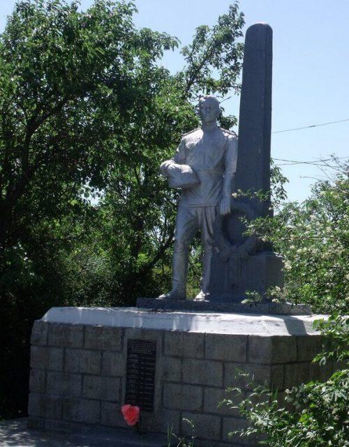 г. Невинномысск. Памятник, установленный в 1975 году на братской могиле советских воинов, погибших в 1943 году при освобождении города.