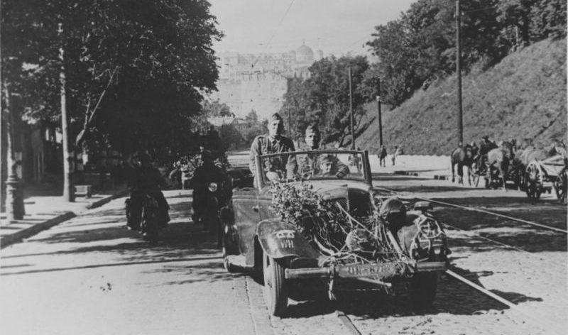 Автомобиль «Wanderer W235/240/245» в захваченном Киеве. Сентябрь 1941 г.