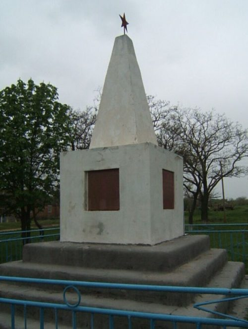 х. Носачев Петровского р-на. Памятник воинам-землякам, погибшим в годы войны.