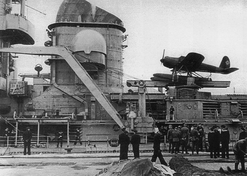 Гидросамолет Арадо Ar.196A на катапульте тяжелого крейсера «Принц Ойген» в порту Брест. 1941 г.