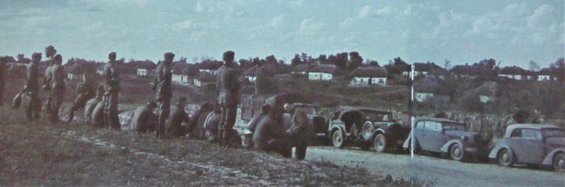 Автомобили вблизи села на Украине. Октябрь 1941 г.