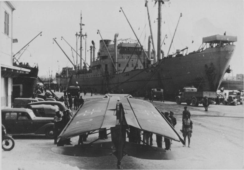 Связной самолет Fi.156 «Шторх» со сложенными крыльями в порту в Северной Африке. 1941 г.