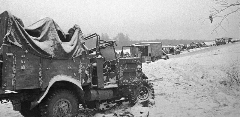 Колонна немецкой техники, уничтоженная на Волоколамском шоссе. Декабрь 1941 г.